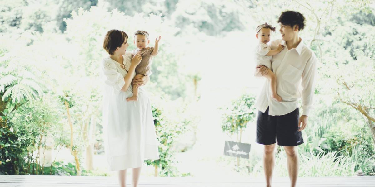 テラスで自然な家族写真ナチュラルでおしゃれなファミリーフォト